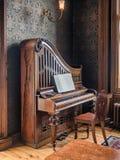 Pianoforte verticale nel museo di Countrylife nella contea maggio di Castlebar Fotografia Stock