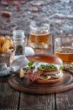 Pianohamburgare med bacon och kotletten med ost, tomat, gräsplaner royaltyfri fotografi