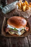 Pianohamburgare med bacon och kotletten med ost, tomat, gräsplaner royaltyfria foton