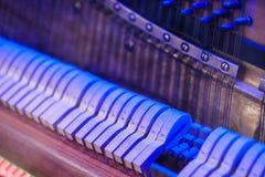 Pianoinstrument inom inre design trimma metall royaltyfria bilder