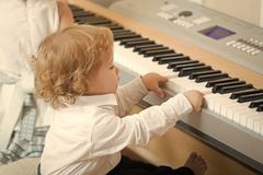 Pianokurser för barn Pojkelek på digitalt piano royaltyfri bild
