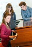 Pianokurser på musikskolan Royaltyfri Bild