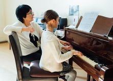 Pianolessen op muziekschool Stock Afbeeldingen