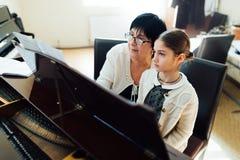 Pianolessen op muziekschool Stock Foto's