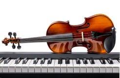 Pianosleutels en viool Stock Foto's