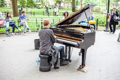 Pianospelare i Washington Square Park New York Royaltyfri Fotografi
