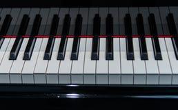 Pianosvart och whittangentcloseup royaltyfria foton