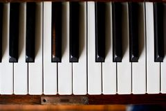 Pianotangentbord av ett klassiskt träpiano arkivbild