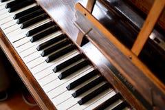Pianotangentbord av ett klassiskt träpiano fotografering för bildbyråer