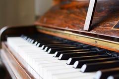 Pianotangentbord av ett klassiskt träpiano royaltyfri fotografi