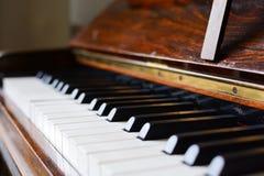 Pianotangentbord av ett klassiskt träpiano royaltyfria bilder