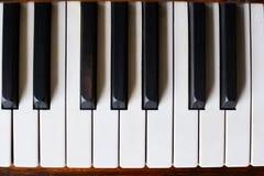 Pianotangentbord av ett klassiskt träpiano arkivbilder