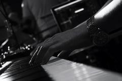 Pianotangentbord i musikstudio och en hand av en musiker Arkivfoton