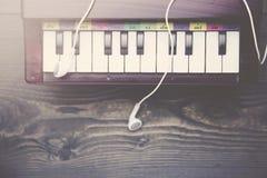 Pianotangentbord med hörlurar Royaltyfri Fotografi