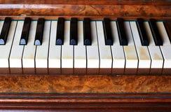 Pianotangenter av ett gammalt piano Arkivfoto