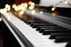Pianotangenter och ljus på bakgrund royaltyfria bilder