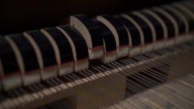 Pianotoetsenbord en koorden stock video