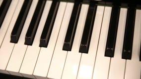 Pianotoetsenbord hierboven, zijdelings beweging stock footage