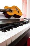Pianotoetsenbord met gitaar en tamboerijn Stock Afbeelding