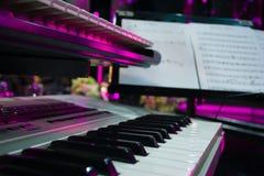 Pianotoetsenbord, piano zijaanzicht van instrumenten muzikaal hulpmiddel royalty-vrije stock foto's