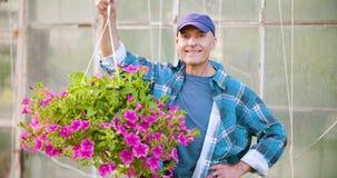Pianta conservata in vaso d'esame del fiore del giardiniere maschio sicuro di agricoltura archivi video