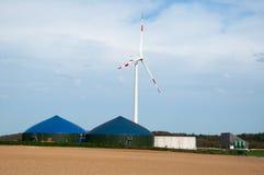 Pianta del biogas con la turbina di vento Immagini Stock