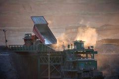 pianta della Carbone-preparazione Grande carrello di miniera al trasporto del carbone degli impianti fotografia stock