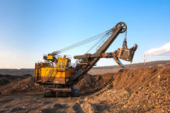 pianta della Carbone-preparazione Grande carrello di miniera giallo al coa degli impianti fotografia stock libera da diritti