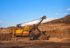 pianta della Carbone-preparazione Grande carrello di miniera giallo al coa degli impianti immagine stock