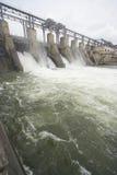 Pianta di forza idroelettrica su un fiume Fotografia Stock