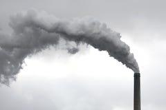 Pianta di inquinamento ambientale con il camino Fotografie Stock Libere da Diritti