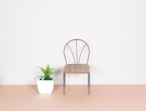 Pianta di plastica e mini sedia, stile di minimalismo Immagini Stock