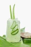 Pianta di Vera dell'aloe affettata in foglia di vetro e verde isolata su bianco Fotografie Stock
