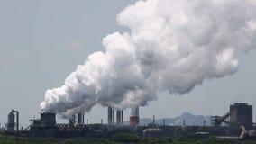 Pianta industriale con fumo video d archivio