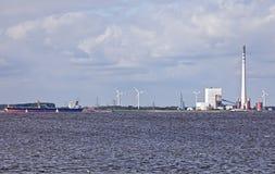 Pianta industriale con la nave Fotografia Stock