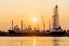 Pianta laterale di industria della raffineria di petrolio del fiume lungo alba Fotografia Stock Libera da Diritti