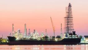 Pianta laterale di industria della raffineria di petrolio del fiume lungo la mattina crepuscolare Fotografia Stock Libera da Diritti