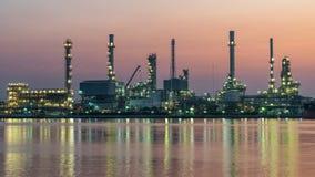 Pianta laterale di industria della raffineria di petrolio del fiume lungo la mattina crepuscolare Fotografie Stock Libere da Diritti