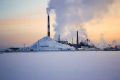 Pianta metallurgica sulla riva del lago fotografia stock libera da diritti