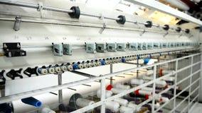 Pianta per la fabbricazione dei materassi che tessono meccanismo sulla fabbrica La macchina automatica cuce il materiale archivi video