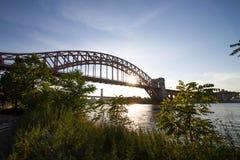 Pianta, ponte del ponte del portone dell'inferno e di Triborough sopra il fiume prima del tramonto fotografia stock libera da diritti