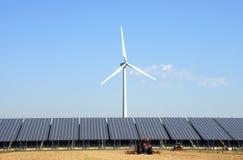 Pianta solare con la turbina di vento ad un'azienda agricola Fotografia Stock Libera da Diritti