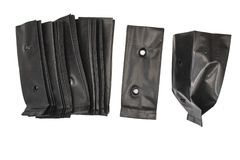 Piantando le borse, borse della scuola materna, sacchetto di plastica nero isolato su fondo bianco fotografia stock