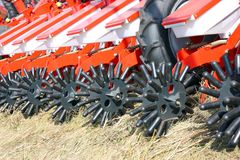 Piantatura della seminatrice e del trattore Fotografie Stock Libere da Diritti