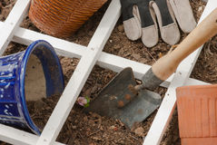 Piantatura gli strumenti di giardino del cortile di stagione & del pacciame Fotografia Stock Libera da Diritti