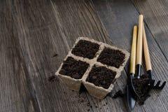 Piantatura i vasi e dei pochi strumenti di giardino fotografie stock libere da diritti