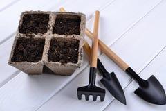 Piantatura i vasi e dei pochi strumenti di giardino fotografia stock