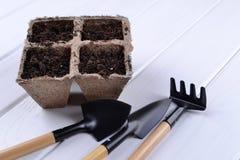 Piantatura i vasi e dei pochi strumenti di giardino immagine stock libera da diritti