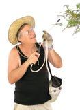 Piante di spruzzatura del giardiniere Fotografia Stock Libera da Diritti