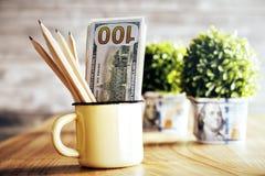 Piante e tazza con soldi Fotografia Stock Libera da Diritti